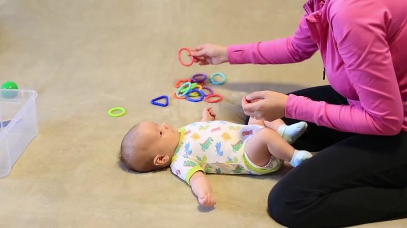 Как развлекать ребенка в 2 месяца, советы